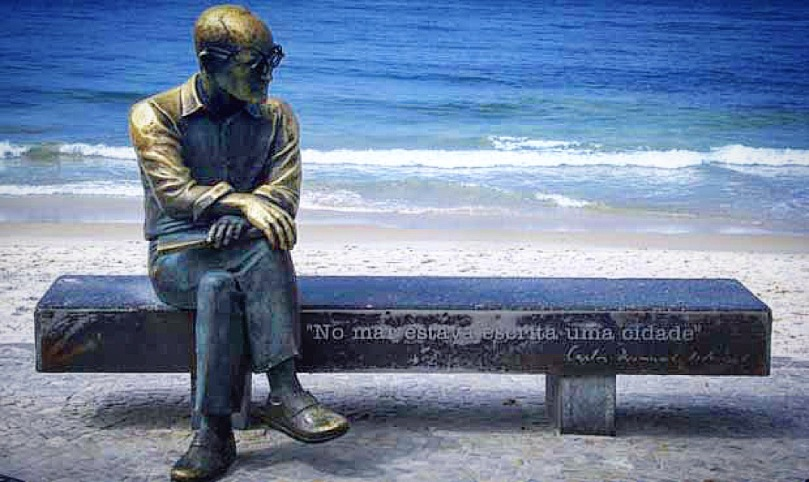 Estatua en homenaje a Drummond. Paseo de Copacabana.